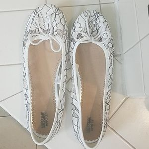 White lace flat shoes
